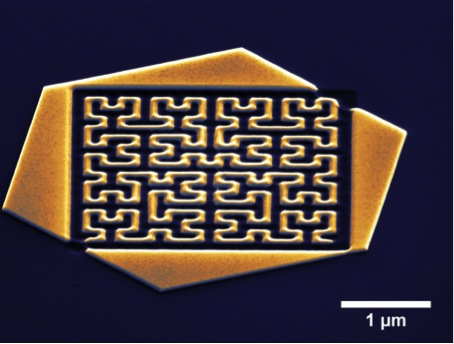 Fractal antenna structure in a single crystalline gold flake